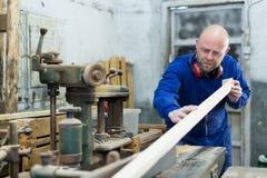 Укомплектуйте личным составом работу на машине на деревянной мастерской Стоковое Изображение RF