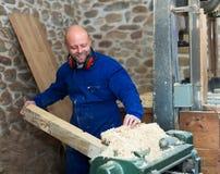 Укомплектуйте личным составом работу на машине на деревянной мастерской Стоковые Фото