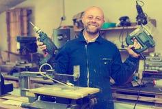 Укомплектуйте личным составом работу на машине на деревянной мастерской Стоковое фото RF