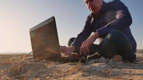_ Укомплектуйте личным составом работу на силуэте компьтер-книжки в природе, фрилансере работать, работе бизнесмена на интернете стоковое фото rf