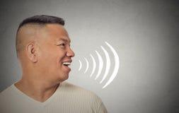 Укомплектуйте личным составом разговаривать при звуковые войны приходя из его открытого рта стоковая фотография rf