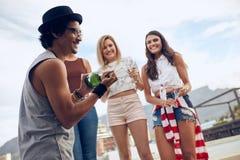 Укомплектуйте личным составом раскрывать бутылку шампанского на партии Стоковые Изображения RF