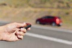 Укомплектуйте личным составом раскрывать его автомобиль с ключом remote управления Стоковая Фотография