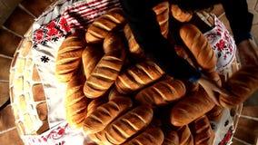 Укомплектуйте личным составом распределяя хлеб для голодая видео королевской власти взгляд сверху людей свободно сток-видео