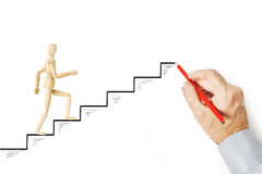 Укомплектуйте личным составом рисует лестницы и помогает другой персоне взобраться вверх стоковая фотография rf