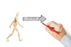 Укомплектуйте личным составом рисует стрелку и показывает пути где пойти Стоковая Фотография RF