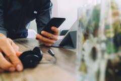 укомплектуйте личным составом руку используя шлемофон VOIP с цифровой стыковкой планшета Стоковые Изображения