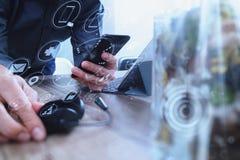 укомплектуйте личным составом руку используя шлемофон VOIP с цифровой стыковкой планшета Стоковое фото RF