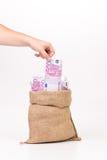 Укомплектуйте личным составом руку принимая счет евро денег от сумки Стоковые Фотографии RF