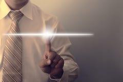 Укомплектуйте личным составом руку указывая на светящий свет для текста дисплея Стоковые Изображения