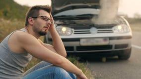 Укомплектуйте личным составом сидеть в фронте сломленного автомобиля сток-видео