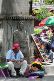 Укомплектуйте личным составом сидеть и продавать на улице в централи стоковые изображения rf
