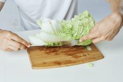 Укомплектуйте личным составом сидеть на таблице, салат на разделочной доске, овощи, вегетарианец, диета Стоковые Фотографии RF