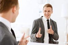 Укомплектуйте личным составом смотреть в зеркале и указывать на себя Стоковое Изображение