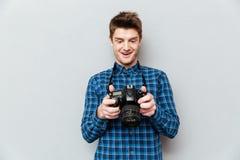 Укомплектуйте личным составом смотреть изображения на камере и удивительно стоковое изображение rf