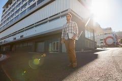 Укомплектуйте личным составом смотреть отсутствующий пока стоящ на улице города Стоковое Изображение RF