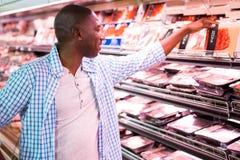 Укомплектуйте личным составом смотреть товары в разделе бакалеи пока ходящ по магазинам стоковые фото