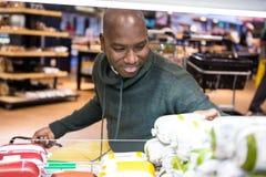 Укомплектуйте личным составом смотреть товары в разделе бакалеи пока ходящ по магазинам стоковая фотография rf