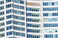 Укомплектуйте личным составом смотреть через окно Q1 здания, Gold Coast Стоковое Фото