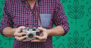 Укомплектуйте личным составом средний раздел с камерой против зеленой картины природы Стоковая Фотография