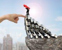Укомплектуйте личным составом стрелку нося вверх балансируя падая helpin руки символов евро Стоковое Фото
