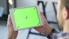 Укомплектуйте личным составом таблетку цифров пользы с крупным планом просматривать экрана зеленого цвета касания связывая видеоматериал