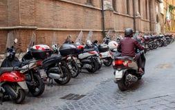 Укомплектуйте личным составом управлять самокатом в Риме, Италии Стоковые Фотографии RF
