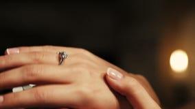 Укомплектуйте личным составом устанавливать обручальное кольцо с диамантом на пальце женщины предложение романтично акции видеоматериалы