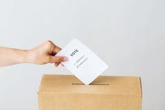 Укомплектуйте личным составом установку его голосования в урну для избирательных бюллетеней на избрание стоковые изображения rf
