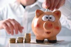 Укомплектуйте личным составом установку денег в состав копилки горизонтальный Стоковые Фотографии RF