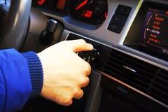 Укомплектуйте личным составом установку ключа автомобиля к keyhole, начиная автомобиль Стоковое Изображение RF