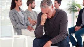 Укомплектуйте личным составом утешать другие в группе реабилитации на терапии акции видеоматериалы