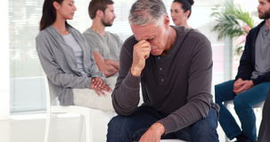 Укомплектуйте личным составом утешать другие в группе реабилитации на терапии сток-видео