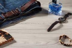 Укомплектуйте личным составом дух, вахту, кожаное портмоне, талисман и джинсы с leathe Стоковые Фото