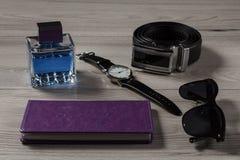 Укомплектуйте личным составом дух, вахту, кожаный пояс, тетрадь, солнечные очки на сером цвете Стоковые Фото