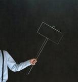 Укомплектуйте личным составом держать доску знака мелка с космосом для текста Стоковое Изображение