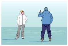 Укомплектуйте личным составом фотографировать любимый женщина на катке Стоковые Фотографии RF