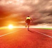 укомплектуйте личным составом ход на следе с предпосылкой восхода солнца Стоковое Фото