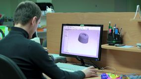 Укомплектуйте личным составом чертежника проверяет светокопии с моделью 3d сток-видео