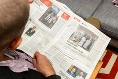 Укомплектуйте личным составом читать о развитиях французского дела в газете Стоковые Фотографии RF