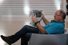 укомплектуйте личным составом чтение газеты Стоковое фото RF