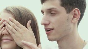 Укомплектуйте личным составом шептать в ухе девушки Нежность соедините влюбленность акции видеоматериалы