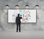 Укомплектуйте личным составом эскиз чертежа на whiteboard в конкретной комнате Стоковое фото RF