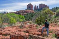 Укомплектуйте личным составом Hiking и насладитесь сценарным взглядом Стоковые Фото