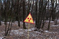 Украина Зона отчуждения Чернобыль - 2016 03 19 Знак загрязнения радиации в лесе около электростанции Стоковые Изображения