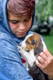 Украина Зона Khmelnytsky Август 2018 Молодой мальчик держит стоковая фотография