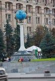 УКРАИНА, КИЕВ - 11,2013 -го сентябрь: Путешественники отдыха приближают к monume Стоковое Фото