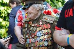УКРАИНА, КИЕВ, 9-ое мая 2016, день победы, 9-ое мая Памятник к неизвестному солдату: Ветераны Второй Мировой Войны носят цветки к Стоковое Изображение