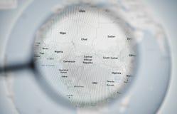 УКРАИНА, ОДЕССА - 25-ОЕ АПРЕЛЯ 2019: Глобус земли планеты Google Maps через лупу стоковые изображения rf