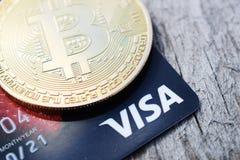 Украина, Kremenchug - март 2019: Золотое Bitcoin на кредитной карточке visa стоковое фото rf